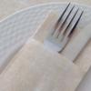 Kép 2/2 - Textilhatású 1/8 hajtású evőeszköztartós szalvéta 40x32 cm Gama Szahara - krém